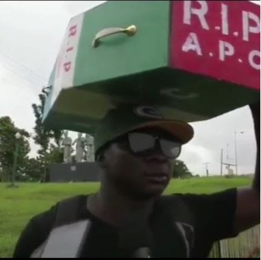 Man Trekked To Abuja To Celebrate Buhari's Victory, Returns With APC Casket On His Head (Photos)