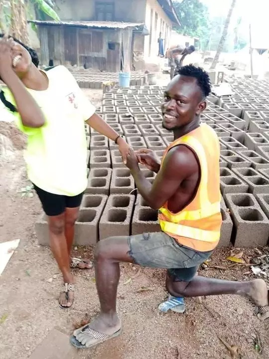 Bricklayer proposes to his girlfriend