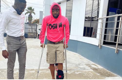 Davido using crutches