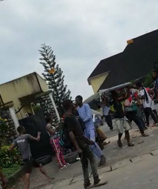 BREAKING: Residents Raid Senator Ndoma Egba's House, Cart Away Household Items In Calabar (Video)