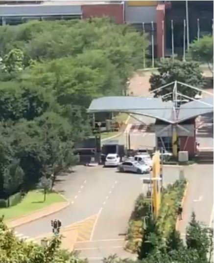 Robbers Captured On Camera Stealing Items From A Courier Vehicle (Video)