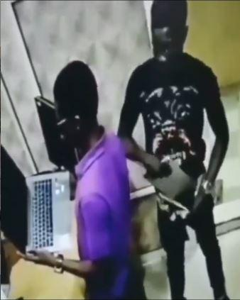 Man Caught on Camera Stealing Laptop From Electronic Shop (Video)