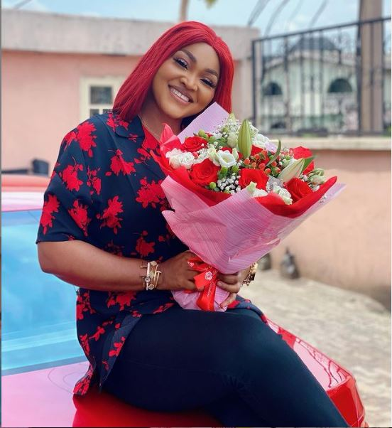 Mercy Aigbe receives flower from mystery man