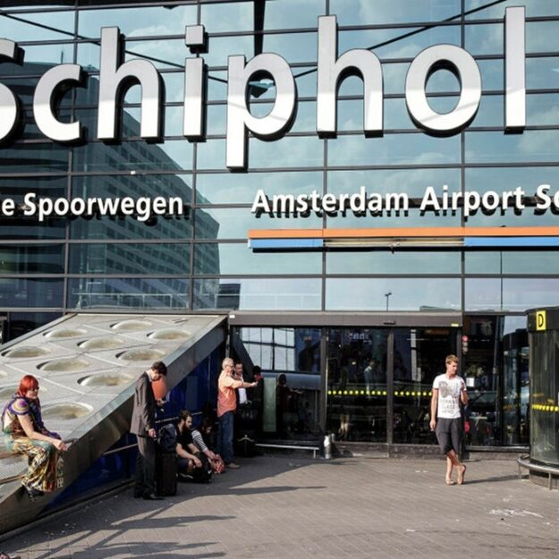 Body found in plane landing gear at Amsterdam Airport, probe underway