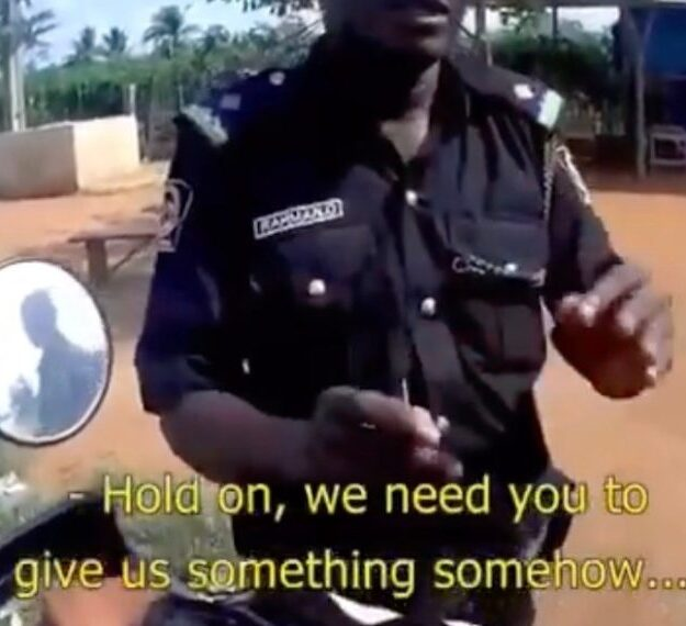 Nigerian police officer caught on camera demanding bribe from a Spaniard