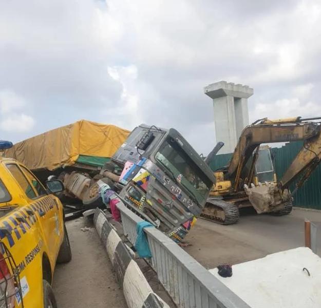 PHOTO: See What Dangote Truck Did On Ebute-Ero Bridge